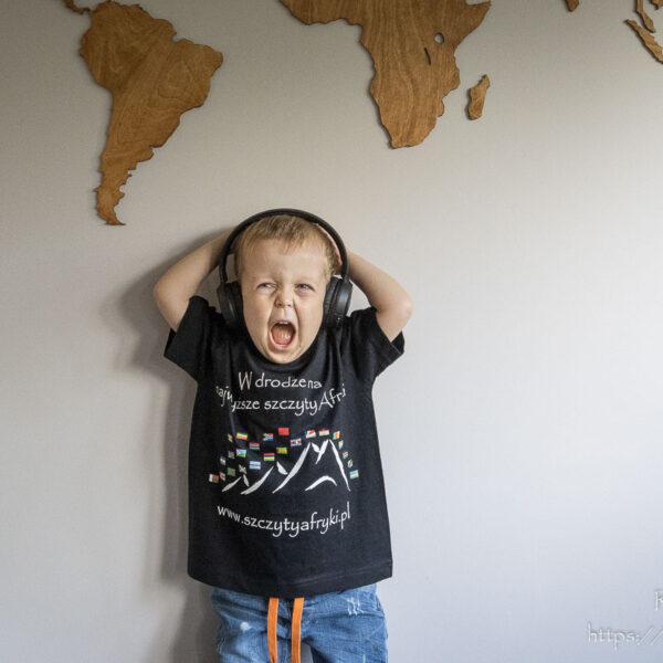 Czarny t-shirt z afrykańskimi flagami dla chłopca