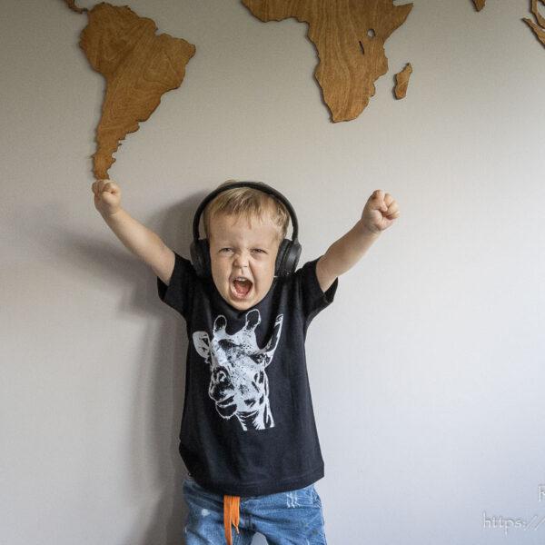 Czarny t-shirt z żyrafą dla chłopca